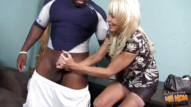 المرأة الجميلة يرتدي سترة افلام جنسية اجنبية جلدية على المقود